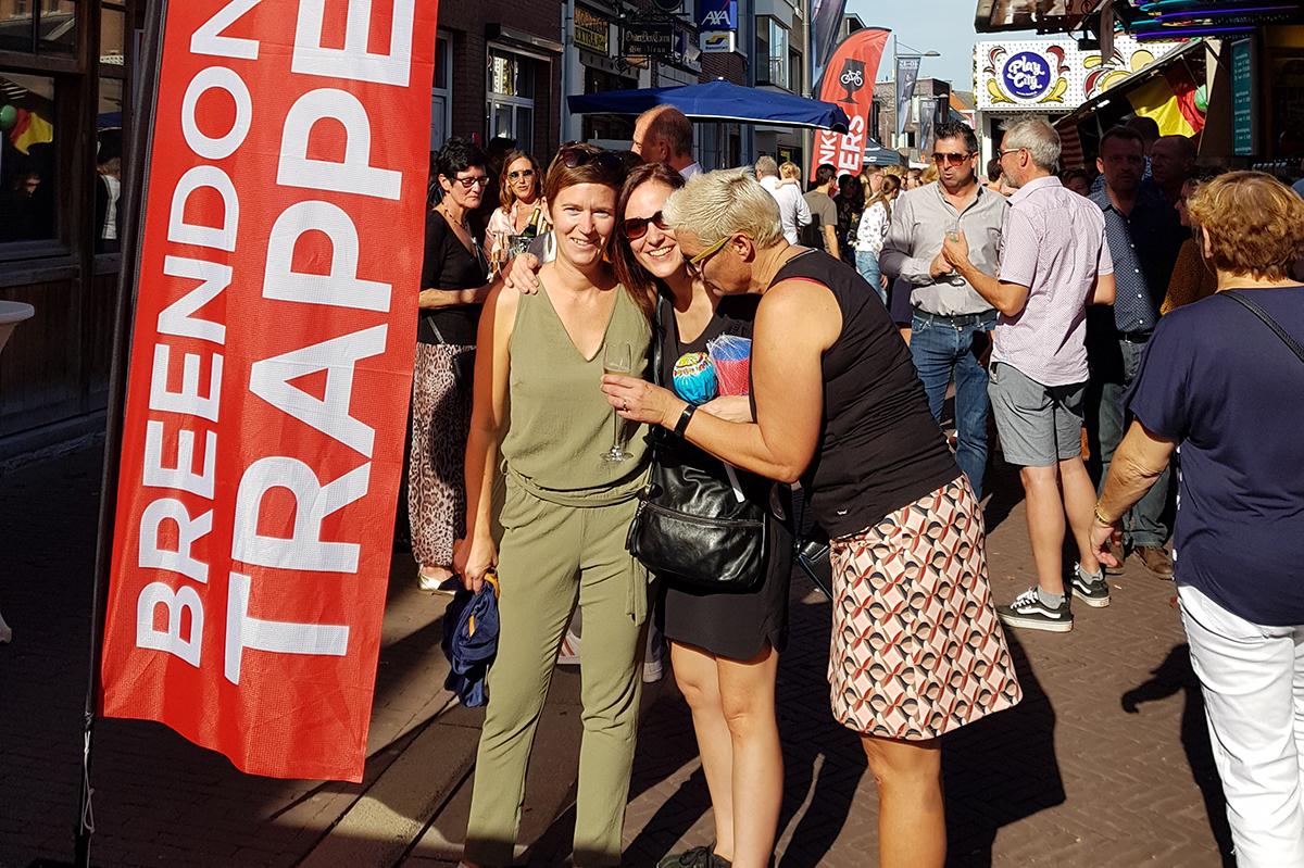 Clubleden aan de champagnebar van de Trappers op de jaarmarkt van Breendonk