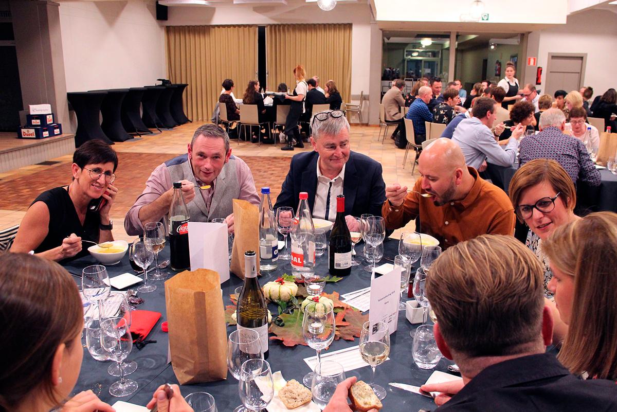 Clubleden aan tafel bij het slotsouper