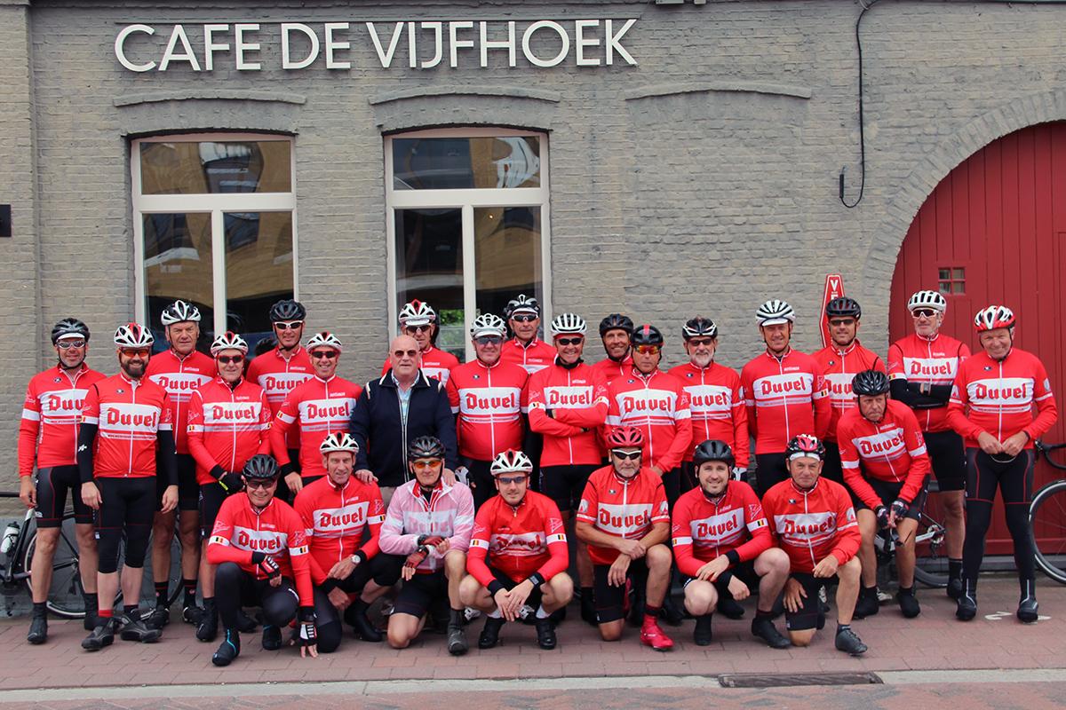 Groepsfoto mannen voor Café de Vijfhoek